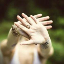 «Только не при людях!» — кто из знаков Зодиака больше всего не любит публичное проявление чувств?
