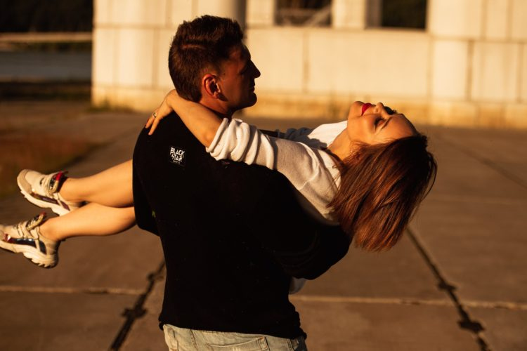 10 вещей, которые каждая женщина хочет чувствовать в отношениях