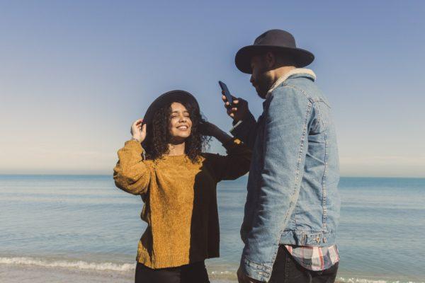 11 причин не проверять телефон вашего партнера (+ как этого не делать)